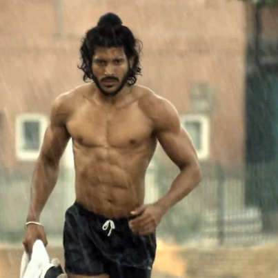 Do you think Farhan Akhtar is the new muscle hunk of B-town?