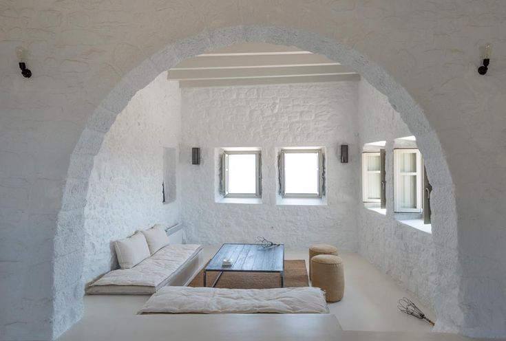 Located inside the medieval Castle of Pantoniki in Nisyros, 'Sterna Nisyros Residence' is a traditional house that dates back to the mid 17th Century.
