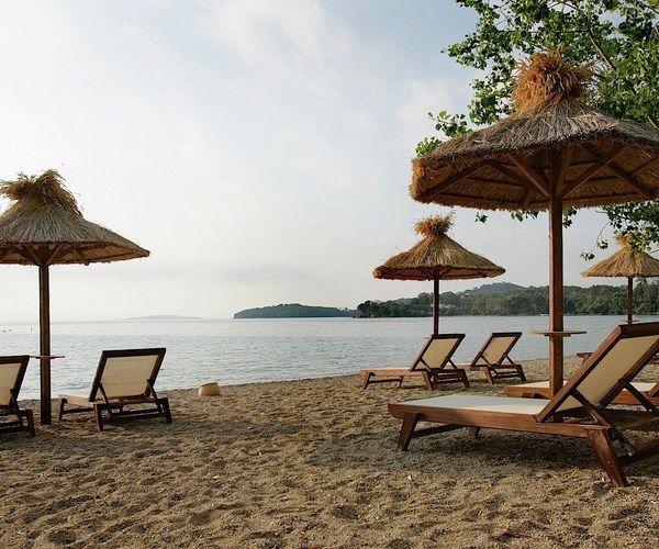 Hotel ima privatnu peščanu plažu, tri otvorena bazena (jedan za decu), dva restorana sa terasom, tavernu pored mora, dva bara pored bazena, dva bara na plaži. #travelboutique #Corfu #Krf #Greece #putovanje #letovanje #odmor