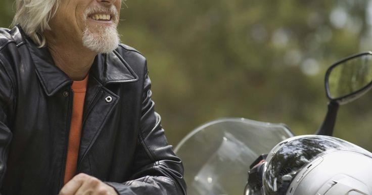 Como construir uma minimoto caseira. Uma minimoto é uma moto 49 cc de aproximadamente 45 cm de largura, 90 cm de comprimento e 60 cm de altura. Ela funciona com um motor legítimo e da mesma forma que uma motocicleta. No entanto, ela não serve para o transporte e é usada apenas para fins recreativos. A construção de uma minimoto caseira a partir do zero é complicada e exige ...