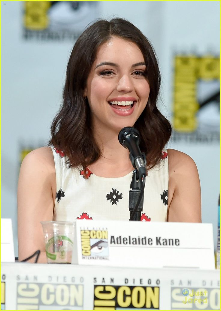 Adelaide Kane & Toby Regbo Are In Full On Adorable Mode at Reign's Comic Con 2014 Panel | adelaide kane toby regbo reign sdcc panel 02 - Pho...