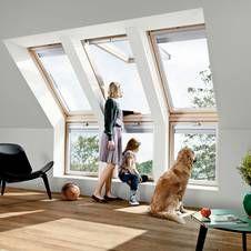 Große Fensterflächen sorgen für viel gesundes Tageslicht in den Dachräumen. … – weiblich