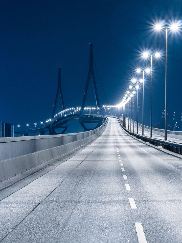 Die Köhlbrandbrücke bei Nacht, Hamburg. Den passenden Koffer für eure Reise findet ihr bei uns: https://www.profibag.de/reisegepaeck/