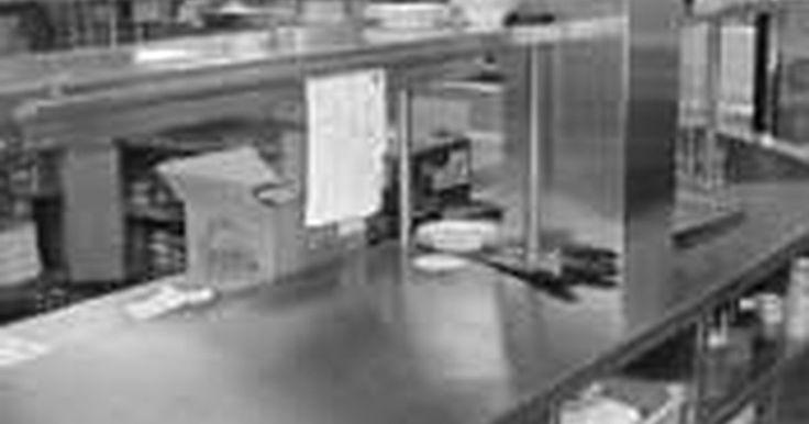 Como organizar uma Cozinha Comercial. Uma cozinha comercial é geralmente definida como aquela que é criada para fazer alimentos para venda, mas instituições como prisões, escolas e lares de idosos têm cozinhas que compartilham os mesmos elementos. Algumas casas estão sendo construídas ou reformadas para acomodar esse tipo de cozinha. Crie uma cozinha comercial com estes fundamentos ...
