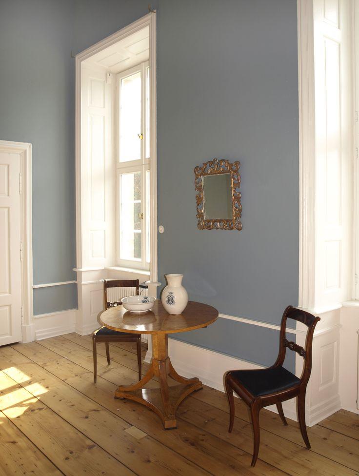 """Hier der Ausschnitt eines Gästezimmers, dass in  """"Ganga"""" gestrichen wurde. Ein klarer blau-grau Ton."""