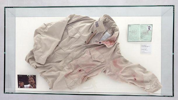 """In der Ausstellung """"1000 Tatorte"""" im Museum für Film und Fernsehen in Berlin wird unter anderem die Original-Jacke des """"Tatort""""-Kommissars Schimanski ausgestellt.  (Quelle: dpa)"""