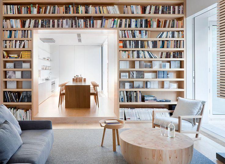 Tủ sát tường chiều cao lên đến trần, nếu đựng sách thì nên nghiêng 45 độ, hoặc phía trên nghiêng, bên dưới có thể ngang để bày thêm đồ decor