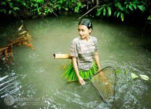 mentawai-girl-serching-for-fish_siberut-island_sumatran-trails-001
