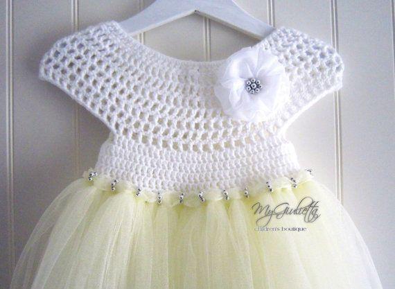 Of het nu een bruiloft of een doop, is deze set hier dat je meisje ziet er prachtig. Wanneer u van plan bent een speciale gelegenheid en nodig uw prinsesje te kijken haar best, is het belangrijk om te kiezen van jurken die haar natuurlijke stijl complimenteren zal.  Modelnaam: ELISA  Details: -UNIEKE handgemaakte set (tulle jurk, bloem hoofdband) -Afmeting: 9-30 maanden -Lengte van de jurk: 54 cm (21.3) -Omtrek van jurk: 48 cm (18,9) -Diameter van de hoofdband bloem: 8 cm (3,2) -Lengte voor…
