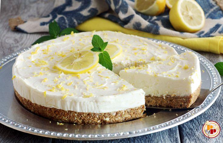 La torta fredda al limone ha una base croccante con biscotti e mandorle e una crema morbida e profumata. Ed è senza cottura e non ghiaccia in congelatore!
