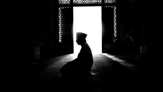 """Tiga Penghalang Utama Gagal Salat Malam  Pintu ilmu Nabi, Imam Ali as, memberikan nasihat, """"Hindarilah sikap mengulur-ulur waktu, karena ia menyebabkan kehinaan."""" http://bit.ly/1SYFLjE"""