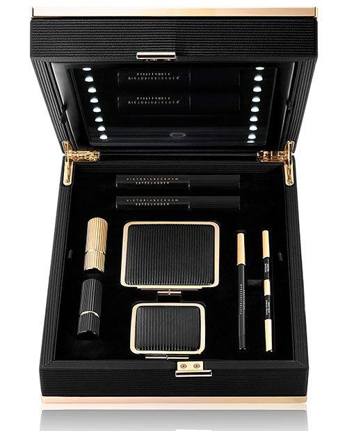 Un coffret contenant huit produits de la collection de make-up Victoria Beckham x Estée Lauder, disponible en 400 exemplaires seulement et renfermant un message signé par Victoria Beckham, 1100 euros