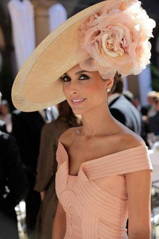 gorgeous peach..... but am sure with those bare shoulders this lovely lady would not be permitted in the Royal enclosure..... gorjus hat