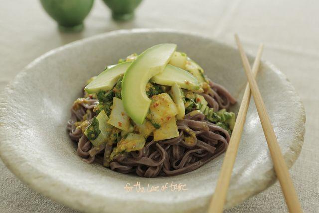 Snelle makkelijke gezonde maaltijd rijst noodles met knapperige paksoi en eenvoudige lekkere zelfgemaakte boemboe kruiden saus.