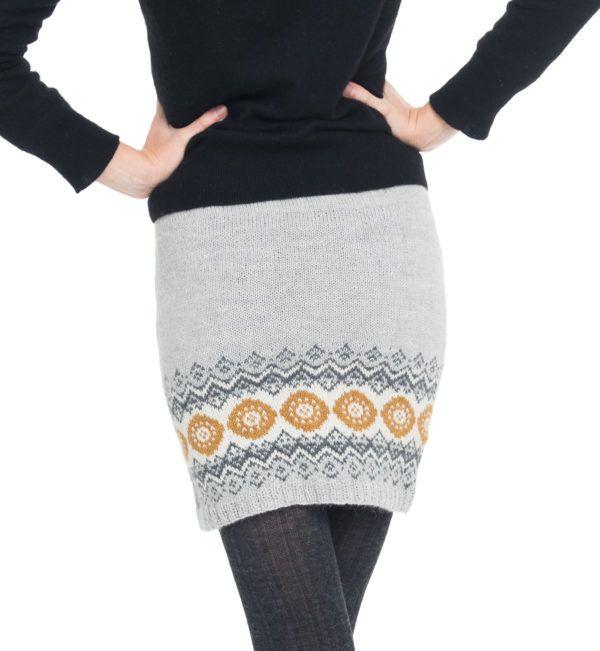 strikkeskjørt med lysgrå bunnfarge og sennep og gråtoner i mønster