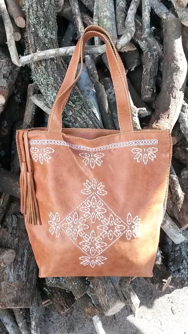 Color madera, bordada con hilo #bags #leatherware
