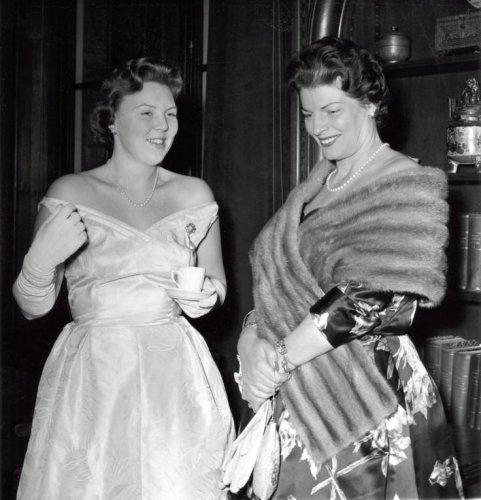Klassiek zangeres en diva Gré Brouwenstijn wordt bij een kopje koffie voorgesteld aan kroonprinses Beatrix in het Koninklijk Instituut voor de Tropen te Amsterdam, Galaconcert ten bate van het Comité Vluchtelingenjaar 1959-1960. Nederland 16 januari 1960