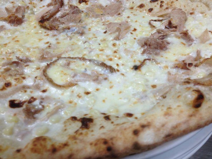 La pizza con la Sponza, una pizza con panna, prosciutto cotto e mais, interpretando questo piatto, ho sostituito la panna con fonduta di bufala e latte nobile, mais di sponza bianca e cotto artigianale.
