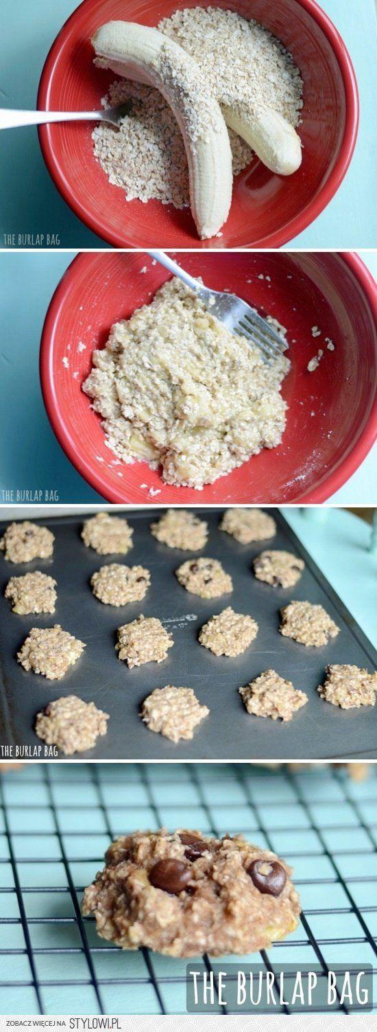 Ciastka owsiano-bananowe:  - 2 banany  - 1 szklanka otrębów  - wiórki kokosowe, orzechy i/lub kawałki czekolady  do piekarnika na 15 min (200°)
