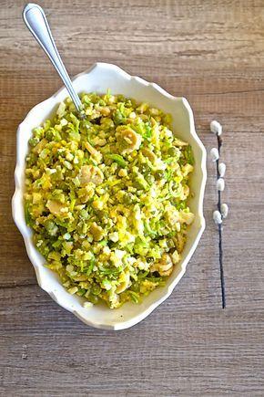 Sałatka jajeczna z porem i pieczarkami to propozycja uniwersalna zarówno na imprezę, kolację jak i jako sałatka wielkanocna.