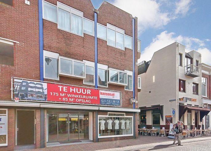 Huursom geheel: € 35.000,-- per jaar (175 m2 winkel + 85 m2 kelder). Huursom unit A: Koningstraat 15 - € 28.200,-- per jaar (110 m2 winkel + 85 m2 kelder). Huursom unit B: Paarlaarsteeg 1 - € 16.200,-- per jaar (65 m2 winkel). BTW:  Huurtermijn: 5 + 5 jaar. Servicekosten