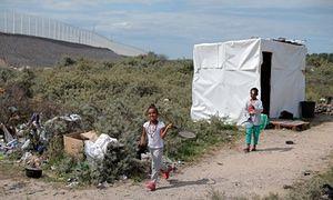 Bambini che giocano in campo migrante