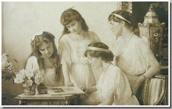 Les derniers Romanov - Les filles du Tsar - Les Grandes-duchesses en 1914. De gauche à droite : Maria, Anastasia, Tatiana et Olga.