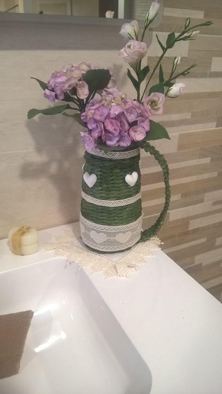 brocca in carta riciclata intrecciate e ortensie in porcellana fredda di Cristina R.