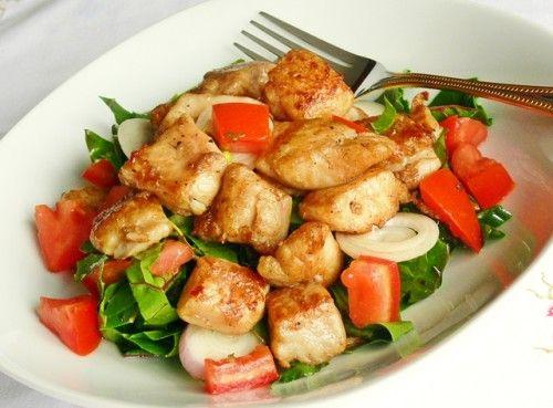 Halfalatok salátaágyon