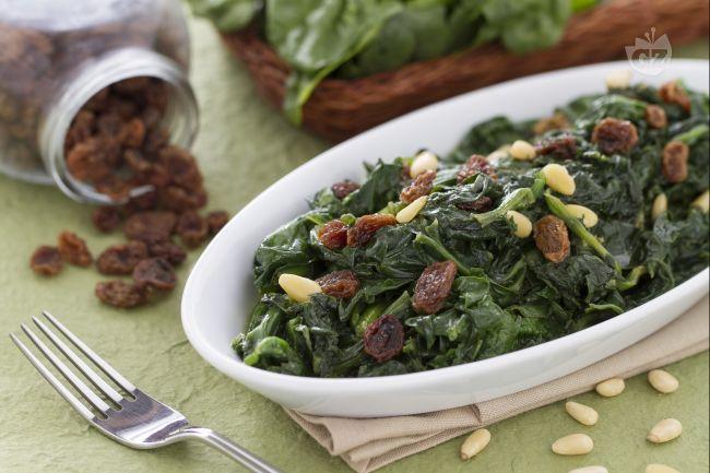 Gli spinaci alla romana sono un contorno di verdure di origine laziale, semplice da preparare e molto saporito.