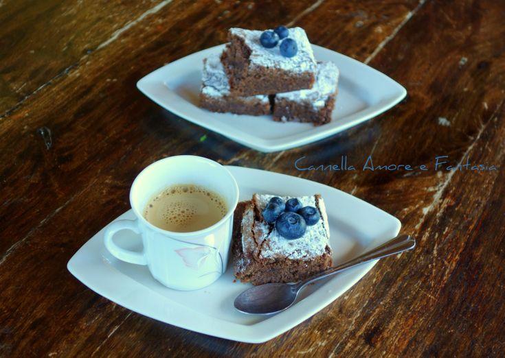 I brownies al cioccolato e mirtilli sono dei deliziosi,morbidi quadrotti al cioccolato e mirtillo nero perfetti da servire con il gelato o panna montata!