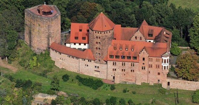 Luftaufnahme von der Burg Rieneck im Sinntal in Unterfranken.