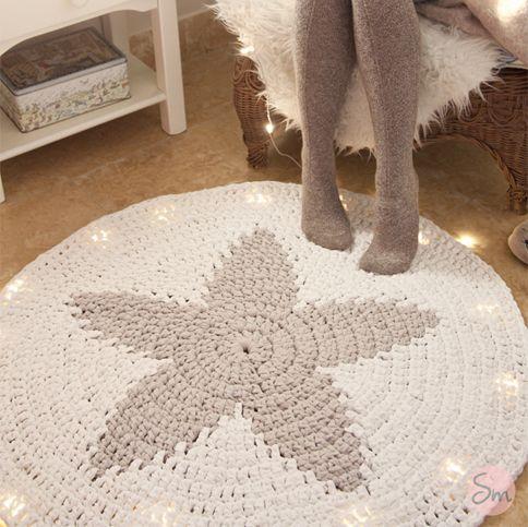 Alfombra con forma redonda y estrella central. Modelo Star  Tamaño: 1 metro de diámetro  Colores: Blanco y beige claro.  Se puede lavar a máquina