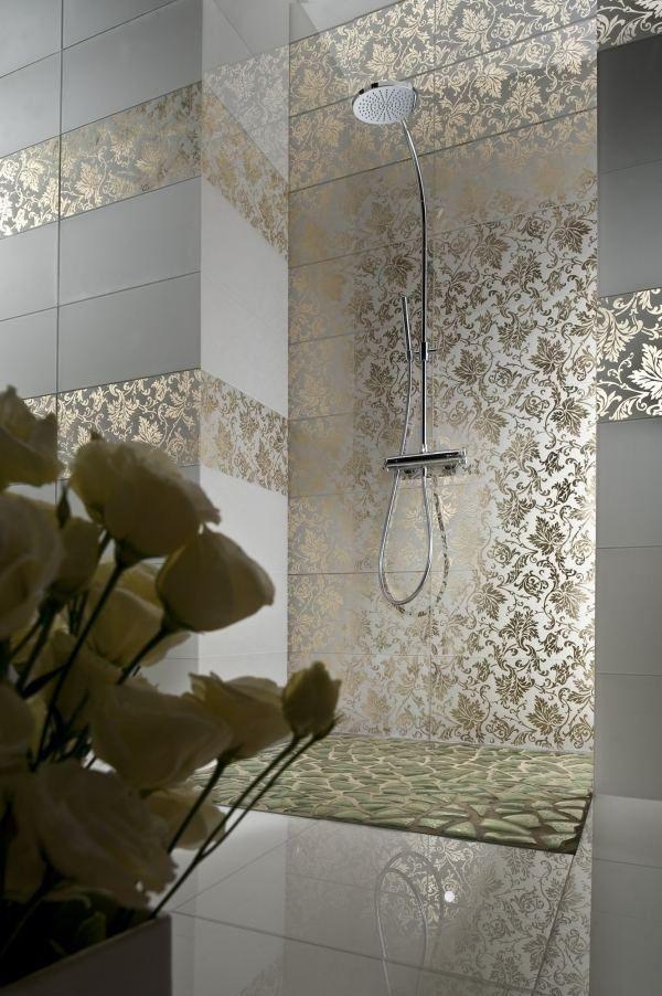 Carrelage moderne en gris clair décoré de motifs feuilles de couleur or dans la salle de bains avec douche italienne
