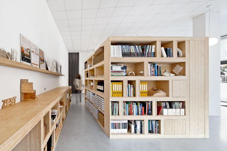 ニッチ状の作り付け本棚付きの箱の小部屋