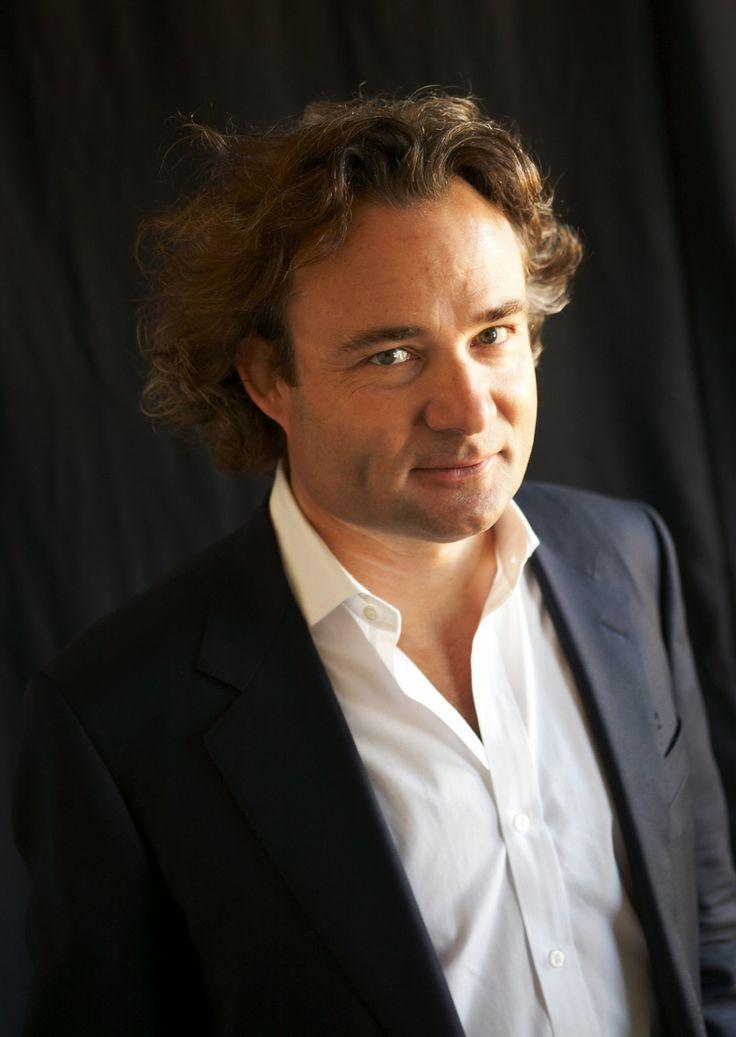 Richard Watson è un futurologo di fama internazionale, autore di numerosi libri e articoli. Tiene regolarmente conferenze in università e aziende prestigiose. È il fondatore di un sito internet dedicato ai trend in ambito economico, sociale e ambientale (www.nowandnext.com).