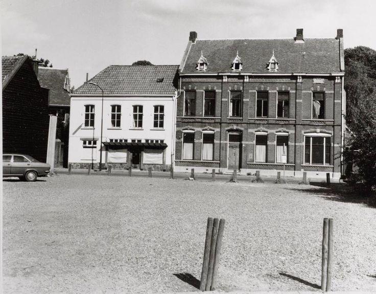 Café De Gouden Leeuw, hier al gesloten nadat het in 1975 is opgekocht door de Gemeente. Het terrein aan de voorgrond is nu het Kloosterplein. Hiervoor hebben diverse panden ook het veld moeten ruimen,