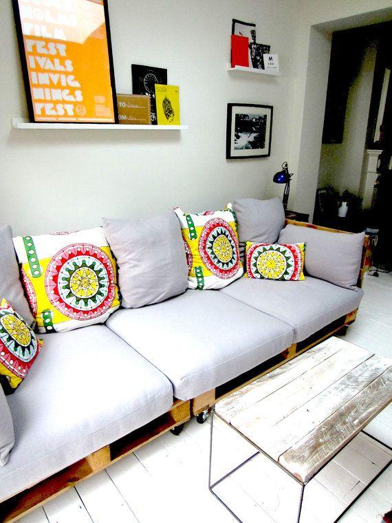Construir este sofá utilizamos pallets de madera para formar la base y luego se construyó un nuevo encargo y los lados para completar la est...