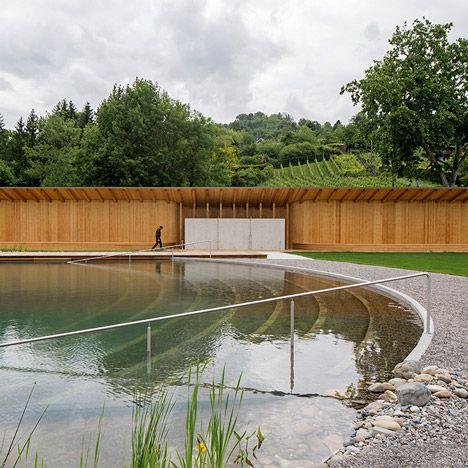 Herzog & de Meuron cria naturalmente filtrada piscina na Suíça