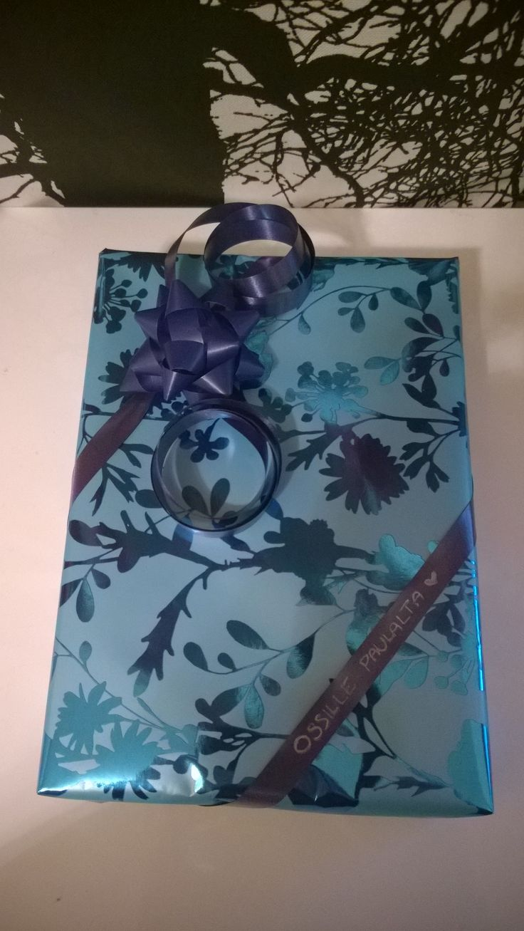 A very traditional gift wrap, not much to say about this. Well, maybe about writing the recipient's name directly onto the gift. Separate stickers many times just stick out too much.