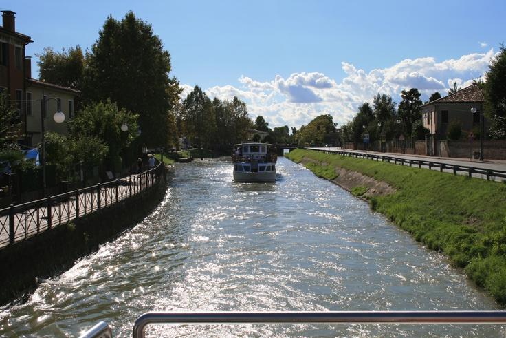 """La visuale del panorama dal """"Burchiello"""" (battello che percorre il fiume Brenta)"""