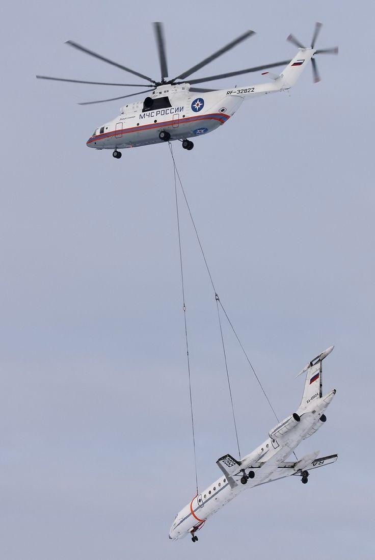 Helicoptero Mil Mi-26 carregando um Tu-134.