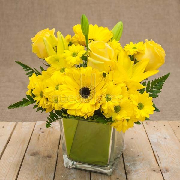 Mira esta imagen de quedeflores.com Este arreglo floral amarillo está lleno de vitalidad y frescura, incluye un cubito de cristal ideal para enviar a hospitales, oficinas y decorar hogares. #quedeflores.com #qdf #rosas #gerberas #margaritas #lilium #lirios #amarillo #flores #jarrondeflores #jarronconflores #decorarconflores #floristería