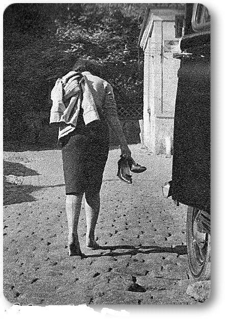 1950lerde İstanbul'u yalinayak yürüyen bir kadın  #istanlook
