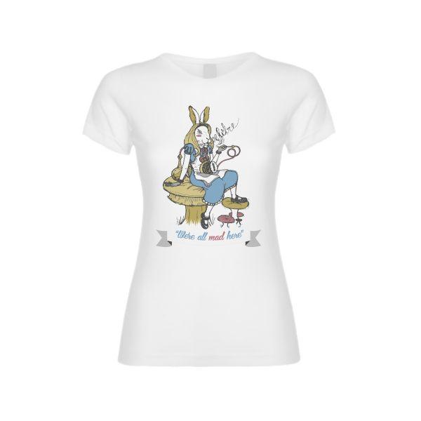 La liebre del sombrerero loco, vestido de Alicia ha roto el reloj del conejo blanco y fuma de la pipa del Sr. Oruga. Por Arte y Diseño gráfico, Cristina Valero.