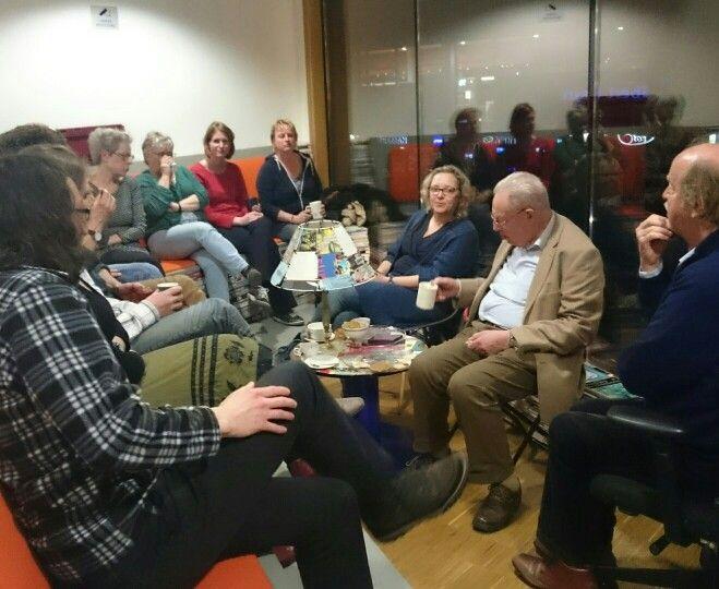 Op woensdagavond zijn op bezoek bij #writerinresidence Guido de Wijs: David van den Bosch (de eerste stadsdichter van Amersfoort), Columniste Nienke Gorter en de schrijfkring van de bibliotheek