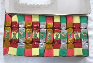 Box of twelve vintage / retro Christmas crackers, c.1970s-80s