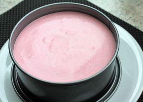 Erdbeer-Kaesekuchen-ohne-Backen-in-Backform-eingefuellt