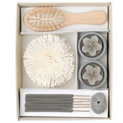 Deze leuke cadeauset bestaat uit twee kaarsen in de vorm van de bloem, zes wierookstokjes en ondersteunend houdertje, een badspons en een haarborstel. Geur, vorm en verzorging zijn de sleutelwoorden voor deze set. Het heerlijk geurig cadeau voor liefhebbers van zen en welzijn.  Afmeting doos: 21 x 17 x  6 cm.