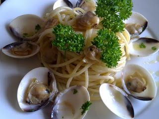 In my country there are various versions. This does not have the tomato among the ingredients. His name .... #spaghetti con le vongole